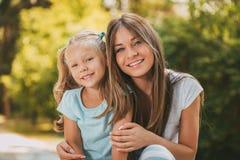 Niña linda y su mamá imagen de archivo