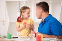 Niña linda y su padre que pintan junto Fotografía de archivo libre de regalías