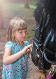 Niña linda y un caballo Imágenes de archivo libres de regalías