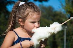 Niña, niño, día soleado, parque, naturaleza, comiendo el caramelo de algodón, pelo largo Fotos de archivo libres de regalías