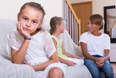 Niña ofendida en otros niños Imagenes de archivo