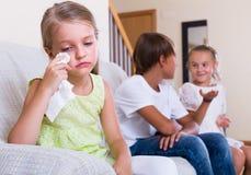 Niña ofendida en otros niños Imagen de archivo