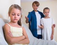 Niña ofendida en otros niños Fotografía de archivo