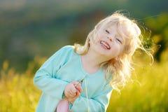 Niña pequeña adorable el día de verano fotos de archivo