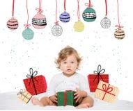 niña pequeña con el presente envuelto imagen de archivo libre de regalías