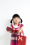 Niña pequeña con la caja y el bolso de regalo Fotos de archivo libres de regalías
