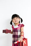 Niña pequeña con la caja y el bolso de regalo Imagen de archivo libre de regalías