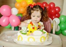 Niña pequeña con la torta de cumpleaños Imágenes de archivo libres de regalías