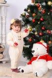 Niña pequeña en interior de la Navidad Fotos de archivo