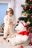 Niña pequeña en interior de la Navidad Imagen de archivo libre de regalías