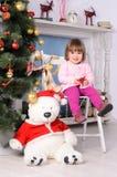Niña pequeña en interior de la Navidad Fotos de archivo libres de regalías