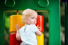 Niña pequeña linda en patio del aire libre Imagenes de archivo
