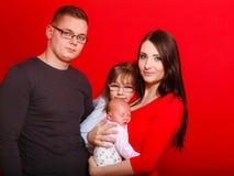 Niña pequeña, padre y madre celebrando al bebé recién nacido Imagen de archivo