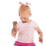 Niña pequeña que come el helado Foto de archivo