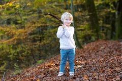Niña pequeña que juega en el bosque Fotos de archivo libres de regalías