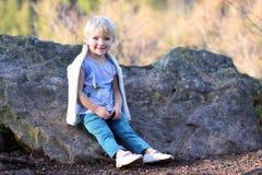 Niña pequeña que juega en el bosque Imágenes de archivo libres de regalías