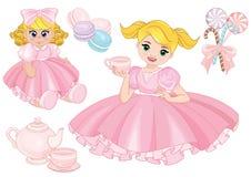 Niña pequeña que juega a la fiesta del té con una muñeca Foto de archivo libre de regalías