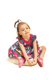 Niña pequeña que se sienta en la almohada Imagen de archivo libre de regalías