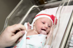 Niña pequeña recién nacida en cuna en hospital fotos de archivo libres de regalías