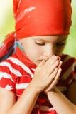 Niña pequeña, triste que mira abajo Foto de archivo libre de regalías