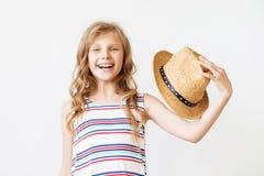 Niña preciosa con el sombrero de paja Fotos de archivo