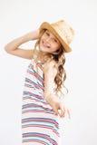 Niña preciosa con el sombrero de paja contra un fondo blanco Fotos de archivo libres de regalías