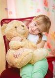 Niña que abraza el oso de peluche Fotos de archivo libres de regalías