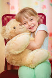 Niña que abraza el oso de peluche Imagen de archivo libre de regalías