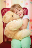 Niña que abraza el oso de peluche Imagen de archivo