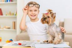 Niña que abraza levemente su perro Fotografía de archivo libre de regalías