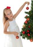 Niña que adorna el árbol de navidad Imagen de archivo