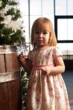 Niña que adorna el árbol de navidad en casa Imagen de archivo libre de regalías