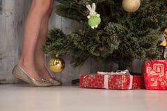 Niña que adorna el árbol del Año Nuevo en casa Fotografía de archivo libre de regalías