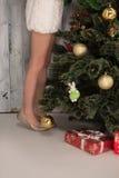 Niña que adorna el árbol del Año Nuevo en casa Foto de archivo libre de regalías