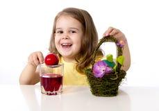 Niña que adorna el huevo de Pascua tradicional imagenes de archivo