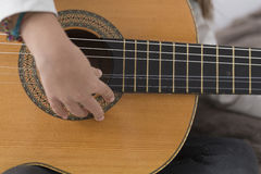 Niña que aprende tocar la guitarra clásica Foto de archivo