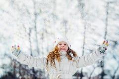 Niña que busca nieve que cae Imagen de archivo libre de regalías