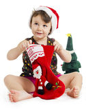 Niña que busca para un regalo de la Navidad Foto de archivo