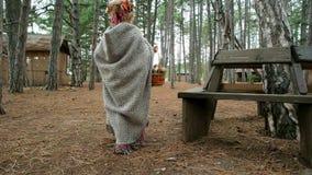 Niña que camina en el bosque del otoño, cubierta del desgaste del niño que sostiene la cesta de mimbre de setas, Halloween metrajes