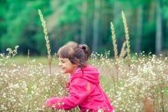 Niña que camina en el prado de la flor fotos de archivo libres de regalías