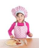 Niña que cocina la pizza Imagenes de archivo