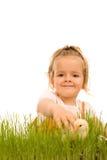 Niña que coge el pequeño pollo de Pascua Fotografía de archivo libre de regalías