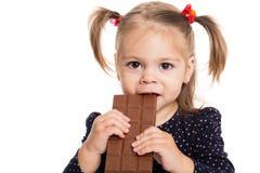 Niña que come el chocolate Fotografía de archivo