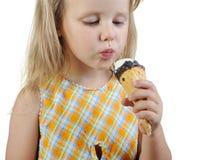 Niña que come el helado Fotos de archivo