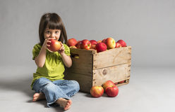 Niña que come la manzana Fotografía de archivo