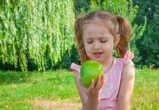 Niña que come la manzana fotos de archivo