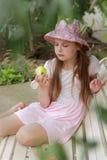 Niña que come la manzana verde Imágenes de archivo libres de regalías