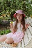 Niña que come la manzana verde Imagen de archivo