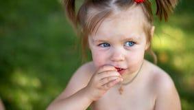 Niña que come la sandía cierre manchado encima del retrato de una niña rubia joven con la sandía, verano Healt al aire libre de l imágenes de archivo libres de regalías