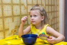 Niña que come la sopa Imagen de archivo libre de regalías